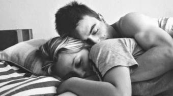 Dormir de conchinha pode ser ruim para a saúde? Descubra