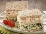 Sanduíche de espinafre com tomate