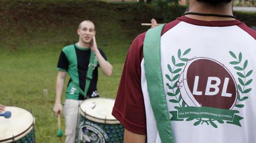 Ludmila Hernandes/Grupo Folha - Símbolo da Liga das Baterias de Londrina e Roberto Tecchio, o Betão, ao fundo