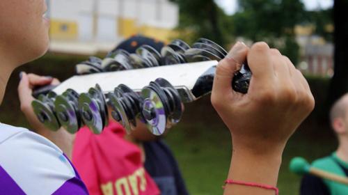 Ludmila Hernandes/Grupo Folha - A estudante Isabella Secco tocando chocalho