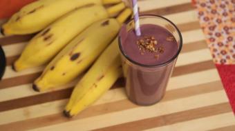 Saiba como preparar um milk shake de açaí e banana