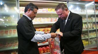 Maggi vai a supermercado em Brasília acompanhar fiscalização de carne