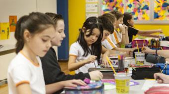 Crianças são mais felizes quando estão na escola, revela pesquisa britânica