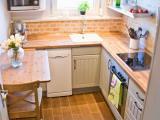 Cozinha pequena com detalhes em madeira fica charmosa cheia de luz natural