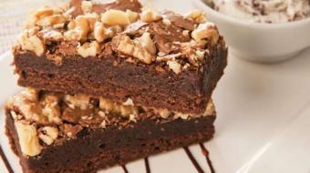Prepare um delicioso brownie gourmet coberto com nozes picadas
