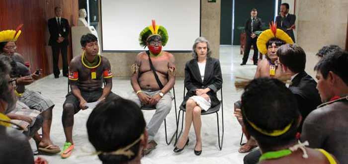 Cármen Lúcia promete a indígenas retomar julgamento de ação contra Vale