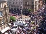 Multidão canta 'Don't Look Back in Anger' em homenagem às vítimas de Manchester