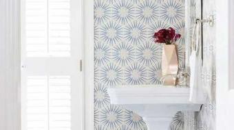 Papel de parede no banheiro é possível e o resultado é lindo