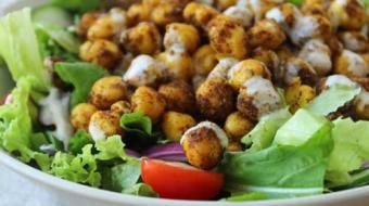 Saiba como fazer uma salada pra lá de nutritiva com grão de bico assado
