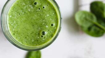 Aprenda uma nova receita de suco verde com gengibre e canela