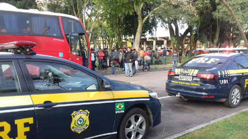PRF flagra ônibus clandestinos e em más condições com passageiros estrangeiros