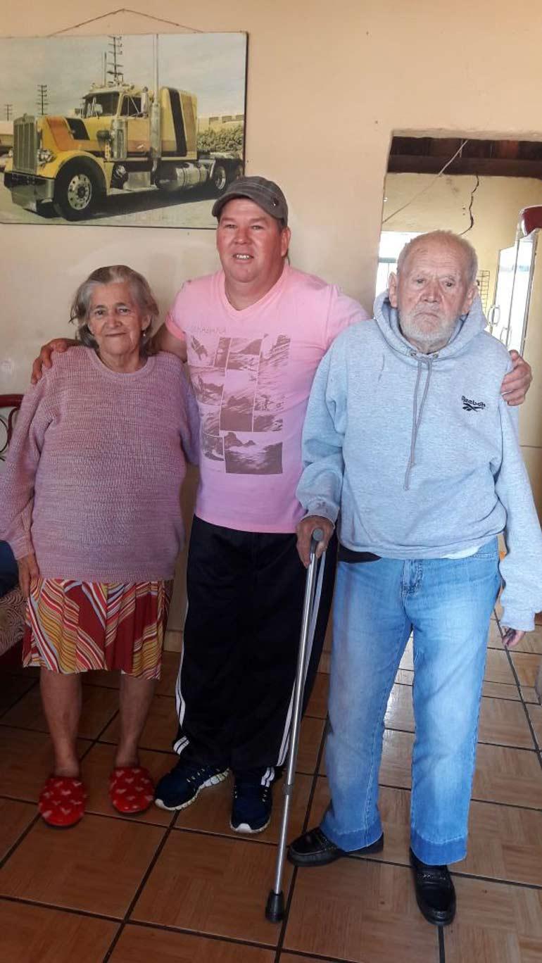 Arquivo Pessoal - Nesta foto está a filha mais velha de Seo Armindo, com 70 anos, e o filho caçula, com 48 anos