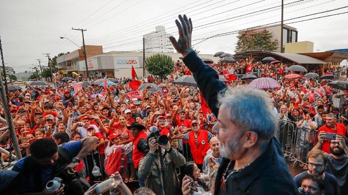 Ônibus que levava Lula não foi atingido pelos disparos; ninguém ficou ferido