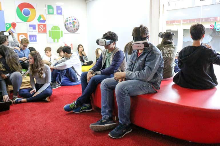 Alunos utilizando óculos de Realidade Virtual na Sala Google for Education