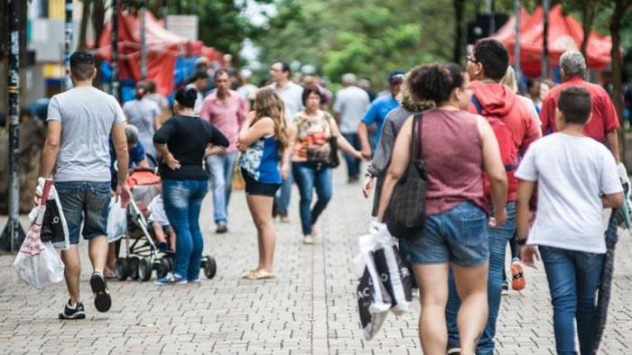 Resultado de imagem para mulheres na rua comercio