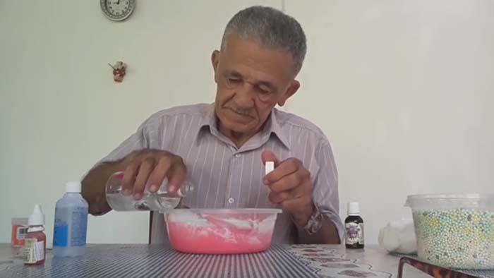 954a45b4186 Idoso que alcançou fama no Youtube lança kit de slime - youtube ...