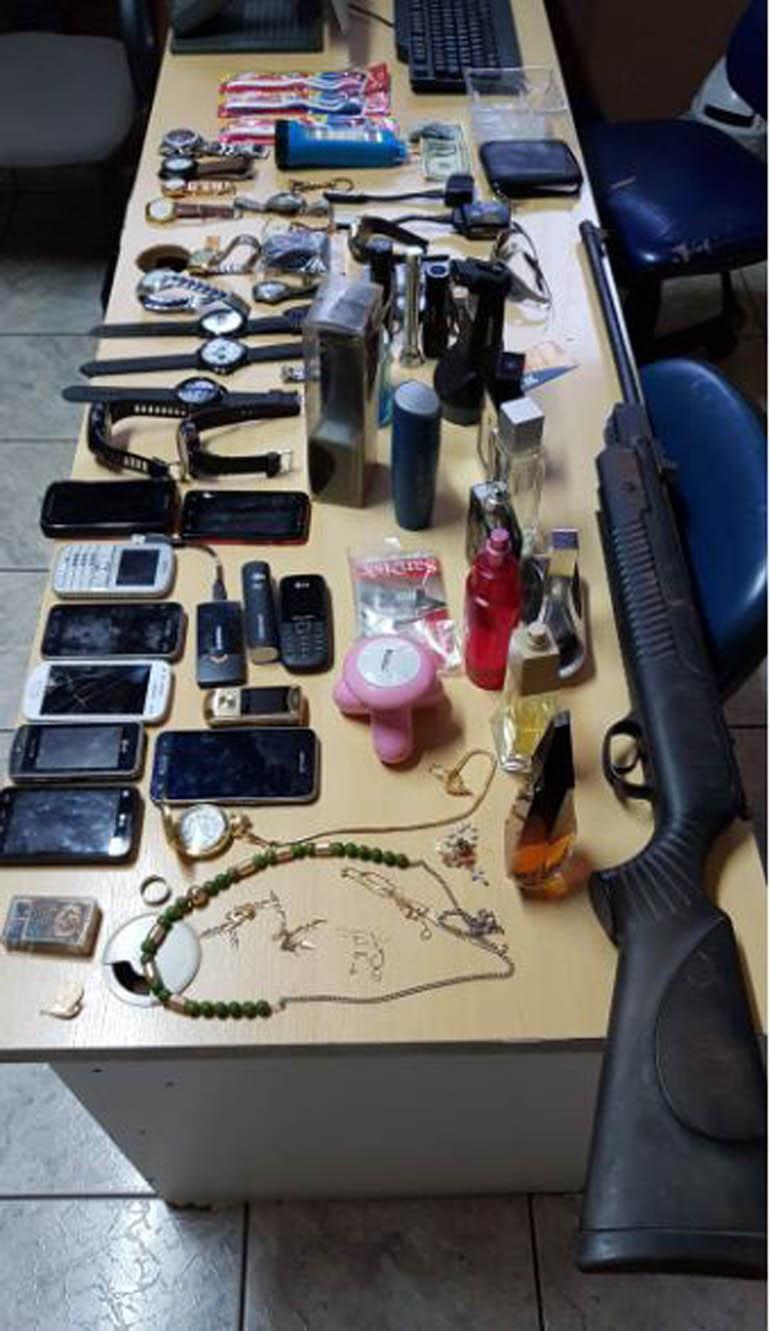 Divulgação/Polícia Militar - Objetos recuperados após o assalto