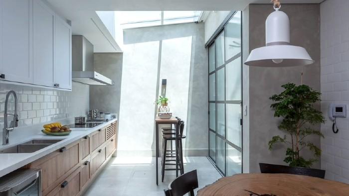 Carlos Piratininga - Uma cozinha com iluminação natural: a arquiteta Cristiane Schiavoni instalou um teto retrátil para deixar o ambiente ainda mais gostoso e natural.