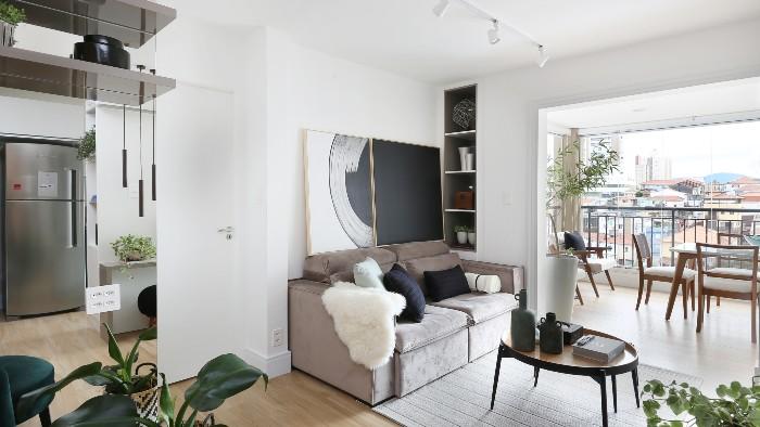 Mariana Orsi - Com o deslocamento da sala de jantar para a varanda, o apartamento ganhou abrangência