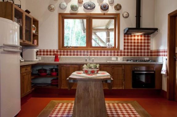 Estilo rústico deixa a cozinha linda e acolhedora; confira projetos  Lugar C # Armario De Cozinha Estilo Fazenda